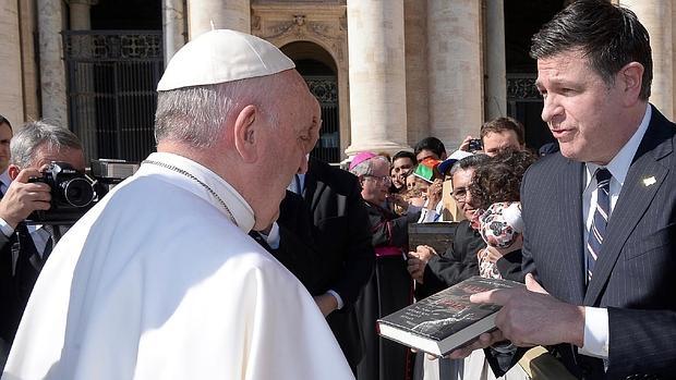 Mark Riebling entrega a Francisco en la audiencia general del pasado miércoles un ejemplar de su últmo libro en el que aporta pruebas de que Pío XII no era el «Papa de Hitler»