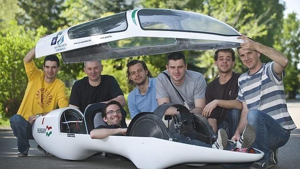 Ingenieros con un prototipo de vehículo eléctrico desarrollado por ellos mismos