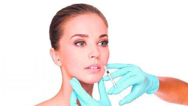Una mujer se inyecta «botox»