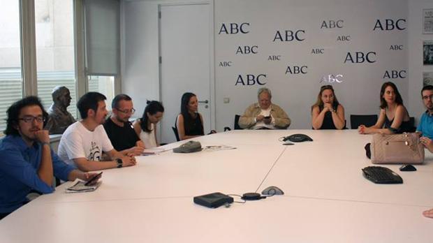 Alumnos del II curso de la Escuela de Periodismo Manuel Martín Ferrand en la sala de reuniones de ABC