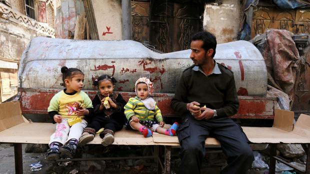 Un yemení junto a sus tres hijos