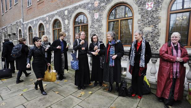La Iglesia anglicana vota la ordenación de mujeres obispo