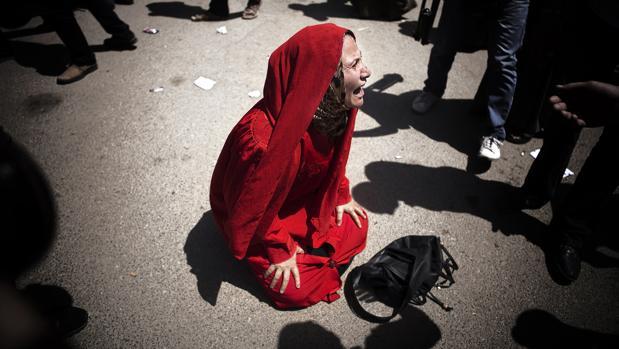 Imagen de 2014 que muestra a una mujer llorando tras la muerte de su hijo en Egipto