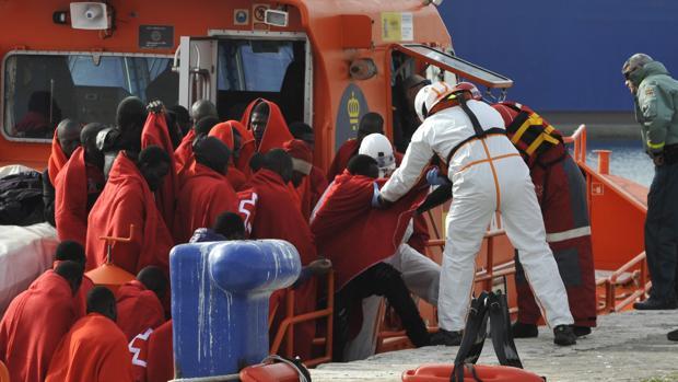 Inmigrantes ilegales son rescatados de las pateras en la zona costera de Málaga