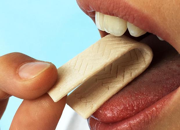 Basta con masticarlo, como cualquier chicle, para saber si las encías están dañadas