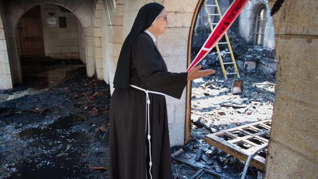 Una monja, frente a una habitación destrozada en el norte de Israel