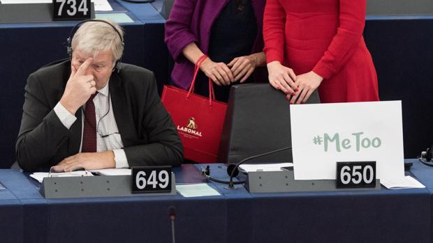 """El miembro del Parlamento Europeo Bronis Rope, del grupo de Los Verdes/Alianza Libre Europea (ALE), permanece sentado junto a un cartel con la etiqueta """"#Me too"""" (en español: Yo también), durante un debate para discutir sobre medidas contra las agresiones sexuales y los abusos en la Unión Europea en al Parlamento Europeo en Estrasburgo (Francia)"""