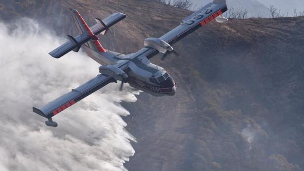 Un avión apagafuegos trabajando para controlar el incendio en California