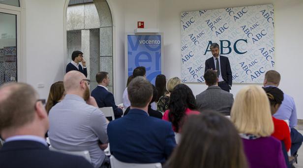 El consejero delegado del grupo Vocento, Luis Enríquez, durante la charla a los alumnos de la Universidad de Portsmouth