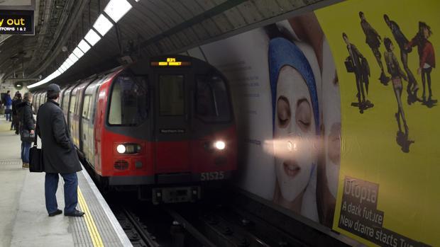 Viajero esperan la llegada del metro en una estación de Londres, en Reino Unido