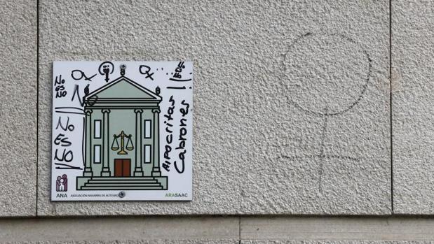 Varias pintadas en contra de la sentencia de «La Manada» de la Audiencia de Navarra