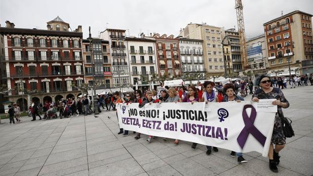 La concentración que los colectivos Lunes Lilas y Andrea celebran los primeros lunes de cada mes en la plaza del Castillo de Pamplona para denunciar la violencia machista denunció que «no es abuso, es violación», en alusión a la sentencia de «La Manada»