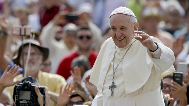 El papa Francisco llega a su audiencia general de los miércoles