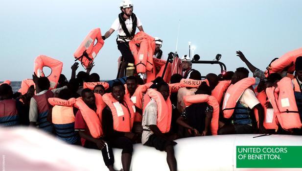 La campaña de Benetton que ha utilizado una foto de los inmigrantes rescatados por Sos Mediterráneo
