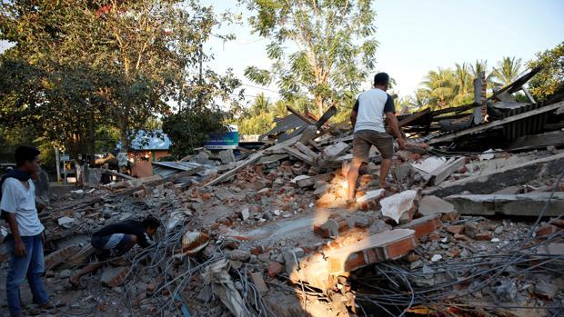 Residentes buscan supervivientes entre los escombros tras el seismo de Lombok, Indonesia