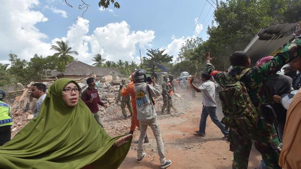 Varias personas huyen tras notar el temblor