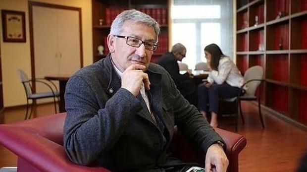El rector de la Universidad de Oviedo, Santiago García Granda, asegura que la sanción no es firme contra el profesor de Psicología Diferencial