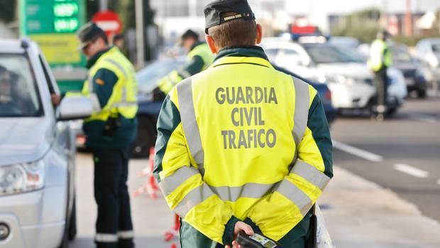 Imagen de archivo de agentes de la Guardia Civil haciendo un control de alcoholemia