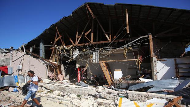 Vista de un mercado destruido por el paso del huracán Michael en Florida (Estados Unidos)