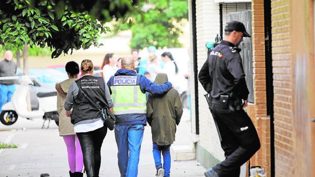 El hijo de una víctima de violencia de género, asesinada en Sevilla, es atendido por la Policía