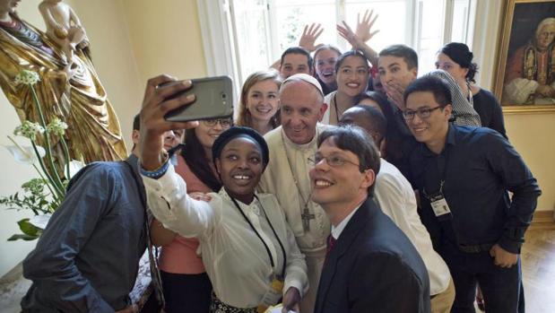 En una imagen de archivo, el Papa se fotografía junto a un grupo de jóvenes en Cracovia