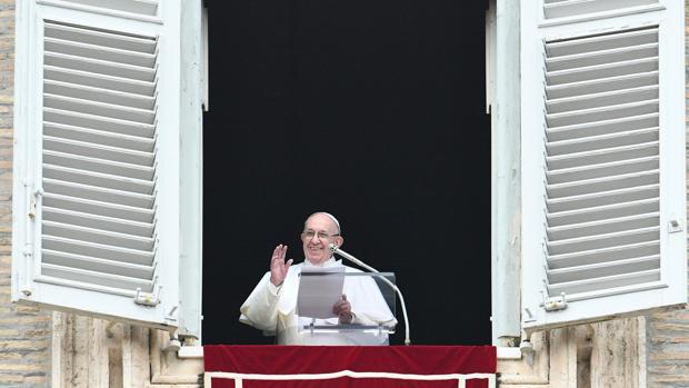 El Papa Franciso, durante el encuentro con millares de fieles para el rezo del Ángelus