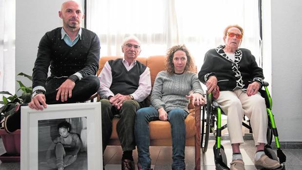De izqda. a dcha, Fernando, con el retrato de su hermana Ana Mari, ya fallecida, su hermana Noe y su madre