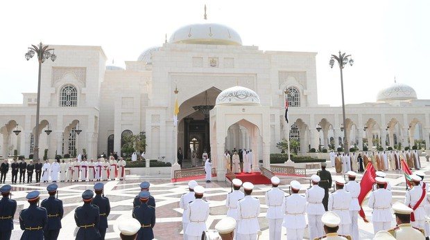 Vista general de la ceremonia de bienvenida dada al papa Francisco (C, al fondo) a su llegada este lunes al Palacio Presidencial en Abu Dabi (Emiratos Árabes Unidos).