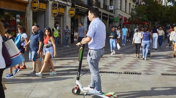 Los atropellos a personas con discapacidad, sobre todo visual, que no advierten la llegada de los patinetes son continuos