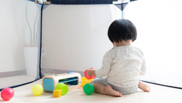 Una niña japonesa juega en un parquecito infantil