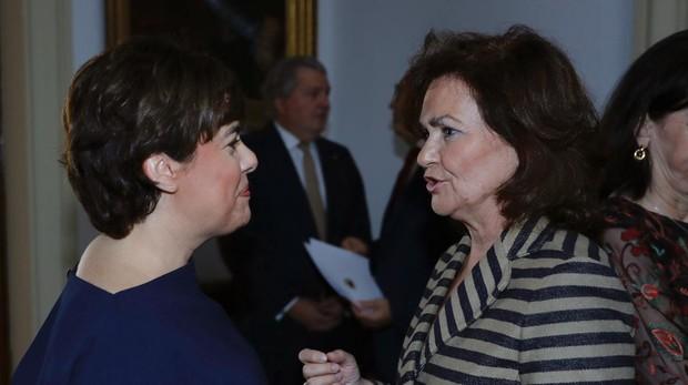 - La vicepresidenta del Gobierno, Carmen Calvo,d.,saluda a la exvicepresidenta Soraya Sáenz de Santamaría