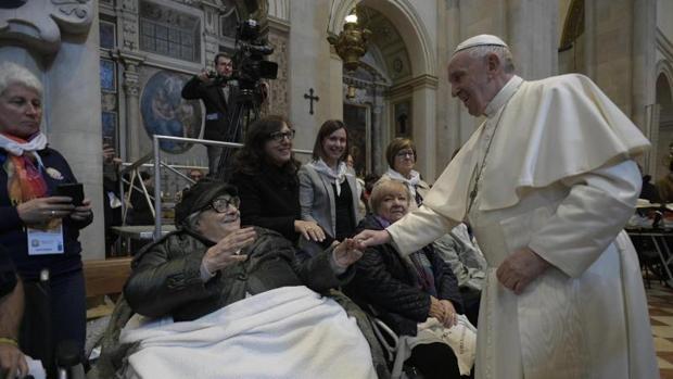 El papa Francisco visita a la basílica del Santuario de Loreto en Loreto (Italia)