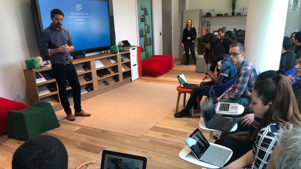 El profesor Colin Filladeau enseña nociones sobre 3D a alumnos franceses de FP
