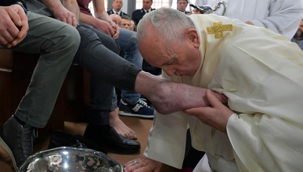 El Papa lava los pies a uno de los presos de la cárcel de la ciudad de Velletri, a una hora de la capital (Roma)