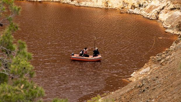 Investigadores durante la búsqueda de las víctimas de un presunto feminicida en serie en el Lago Rojo, Mitsero