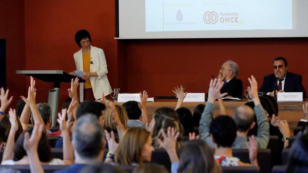 Concha Díaz, Santiago Machadoy Miguel Caballeda durante la presentación del diccionario multimedia