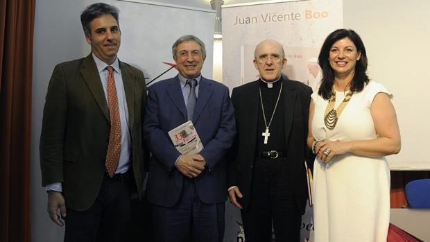 El director de Alfa y Omega Ricardo Benjumea, el corresponsal de ABC en el Vaticano Juan Vicente Boo, el arzobispo de Madrid Carlos Osoro y la directora de la editorial San Pablo, María Ángeles López