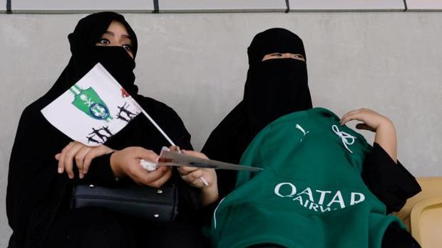 Unas mujeres saudíes ven un partido de fútbol en la Ciudad Deportiva Rey Abdullah