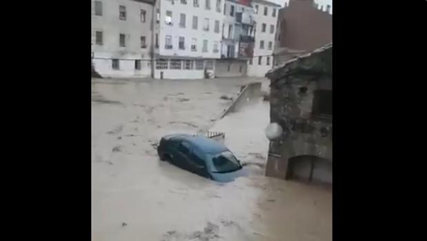 Un coche es arrastrado por la corriente en Tafalla