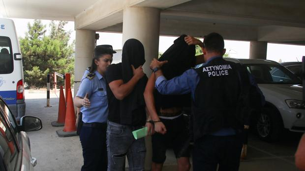 Dos de los detenidos llegan para declarar ante el juez