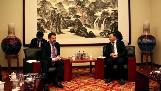 El director de ABC, Bieito Rubido, con el presidente del Grupo de Medios de China, Shen Haixiong