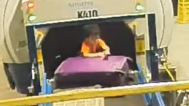 El niño fue rescatado por el personal del aeropuerto
