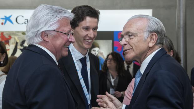 El presidente de la Fundación Bancaria «la Caixa», Isidro Fainé, con un becario de «la Caixa»