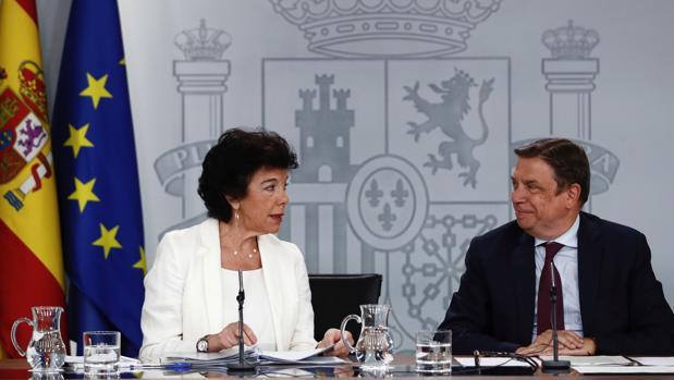 La portavoz del Gobierno, Isabel Celaá, junto al ministro Luis Planas