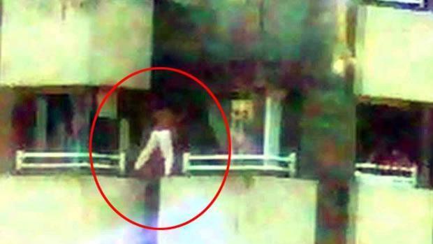 Momento en que uno de los menores salta entre balcones y es captado por las cámaras de tráfico más próximas