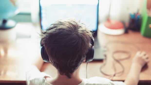 Un niño frente a su ordenador portátil