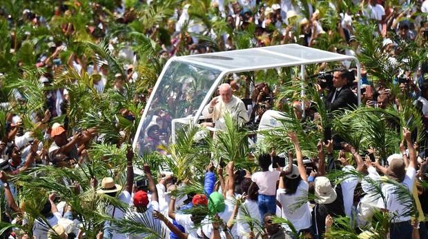 Miles de personas dan la bienvenida al papa Francisco (c) a su llegada al monumento a María Reina de la Paz en Port Louise, capital de Mauricio