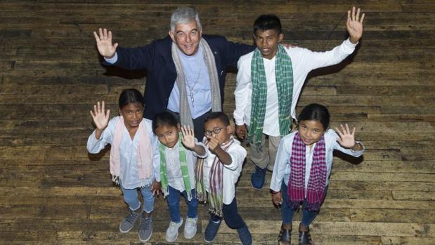 El prefecto apostólico de Battambang, Kike Figaredo junto a los niños de Camboya en Madrid