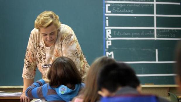 Una profesora de Religión imparte clase en una escuela