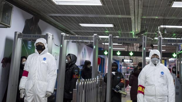 Con el fin de aumentar los suministros, se recurrirá también a productores que fabrican 50.000 trajes protectores para algunos mercados extranjeros